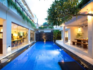 SLEEP 8, NEW LUXURY JIMBARAN VILLA BY THE BEACH