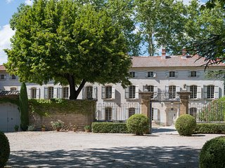Elegant 18th c. country house (400spm), beautiful lush park, lovely pool.