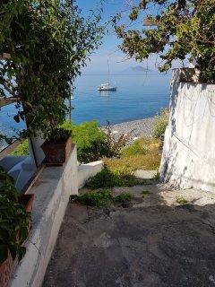 discesa pedonale che da casa porta a mare