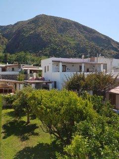 la casa vista da lontano con loggiato esterno sulla sinistra