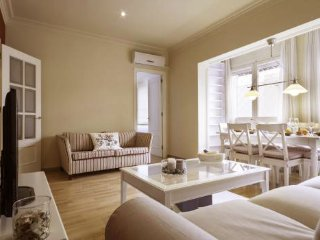 Luxury 4BR/2BA apartment 200m from the impressive Sagrada Familia!!!