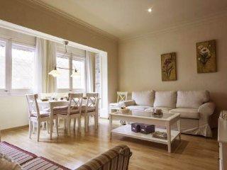 Luxury 4BR/2BA apartment 200m from the impressive Sagrada Familia!!!