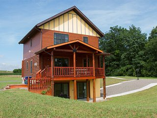 Canandaigua Deluxe Cabin by Seneca Lake