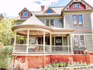 Elegant and Warm East Side Victorian, Steps from Brown/RISD/Downtown, 5 bedrooms