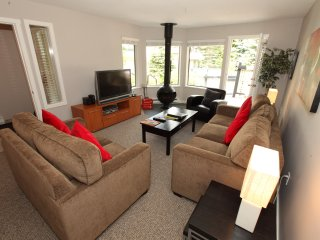 Bright Spacious 2 Bedroom Townhome with Private Patio + Full Kitchen