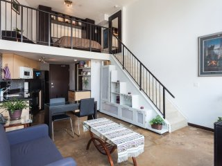 *NEW LISTING* CHARACTER LOFT IN THE ♥ OF GASTOWN - PARKING (Reviews available)