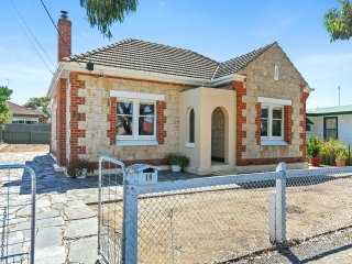 15 Sturt Street - Right in the Heart of Port Elliot and an Easy Walk to