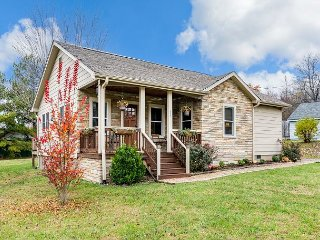 The Craftsman Cottage w/ Private Deck, Minutes to Black Mountain & Asheville
