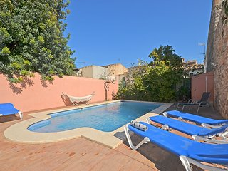 Casa de pueblo con piscina privada.