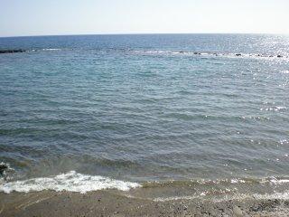 A unos pasos del mar.