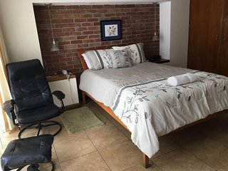 Cozy Studio Apt Centrally Located Walking Distance to Sites Shops