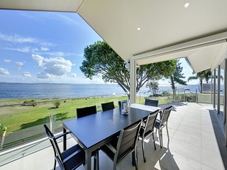 Stunning Waters Penthouse, 46 Sandy Point Road