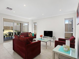 GLENFIELD VILLA 20 - SYDNEY Sleeps 8