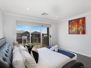 GLENFIELD VILLA 24 - SYDNEY New, 4Bdrm