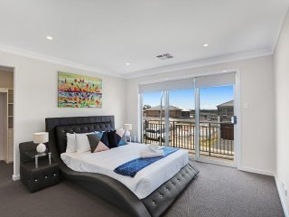 GLENFILED VILLA 30  SYDNEY - New and Modern, 4Bdrms Sleep 10, Great for Groups