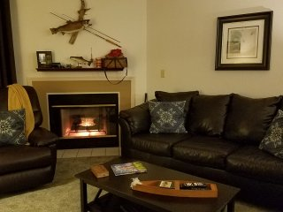 *Newly Updated*Cute and Cozy*Fireplace*Indoor Pool*Hot Tub*
