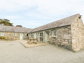 BWTHYN BACH, barn conversion, open plan, WIFI, Ref 970234