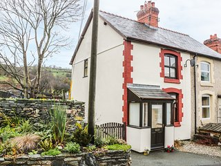 1 CEIRIOG TERRACE, wood burner, pet friendly, garden with views, in Llangollen