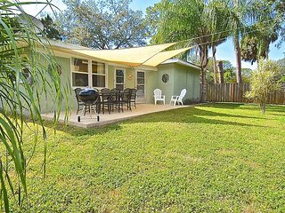 Bright & Airy 3BR Near Downtown – Dog-Friendly Retro Sarasota Home