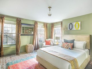 Stay Local in Savannah: Beautiful garden apartment on Chatham Square