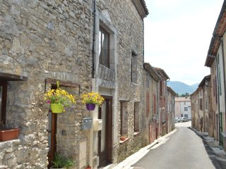 Spacious stone village house in Puivert with 2 bathrooms, short walk to the lake