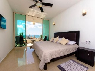 Pretty condo with ocean views, just a few blocks from the beach and downtown