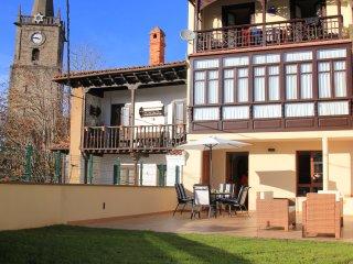 Apartamento de planta baja en el centro de comillas con terraza privada