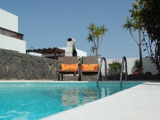 Villa coqueta con wifi jardin terraza y piscina climatizada a 700 m de la playa