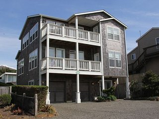 Across Street from Beach, Amazing Ocean Views, Roads End, Hot Tub & Game Room