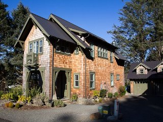Cascade Cottage-Beautiful New Hm in Belhaven w/ Hot Tub & Luxury Furnishings