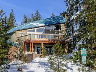 Fantastic dog-friendly duplex with forest views, close ski access!