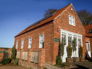 ENGINE ROOM COTTAGE, semi-detached, en-suite, parking, enclosed patio, near