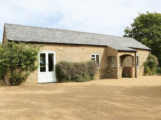 THE GARDEN COTTAGE, open plan living, extensive garden with outdoor pool, expose