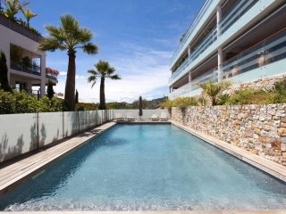 Amazing luxury 2-bedroom apartment with view of the sea and swimming pool