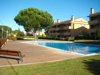 Apartamento seminuevo con jardín y piscina comunitarios