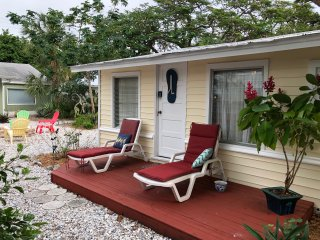 Very Clean beach cottage, 5 min walk to beach, Village of Longboat Key