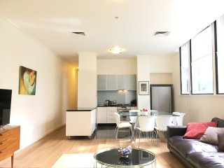 StreetSide: Luxury Central 3BD Apartment+Gym+Pool
