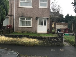 Lovely 3 x bed Property, Ideal location , garden, free wifi