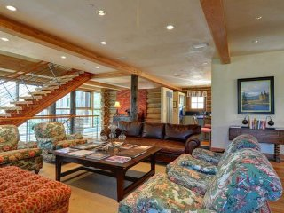 Secluded luxury retreat with private hot tub, game room, wetbar & home cinema!