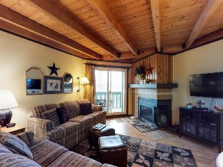Conveniently located condo w/ shared pool, hot tub & sauna - near slopes & lake!