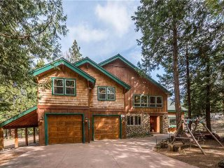 Elegant and family-friendly cabin w/ deck, grill, fireplace, and game room!