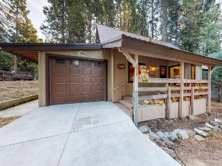 Woodsy home w/ a wood-burning stove, HDTV, only 2 miles from Shaver Lake Village