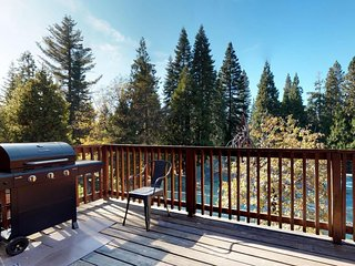Family-friendly, Shaver Lake getaway w/ private deck - a mile from the village
