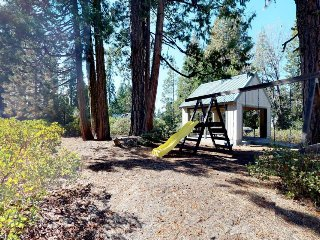 Family-friendly cabin w/ peaceful location, walk to shops and eateries in town!
