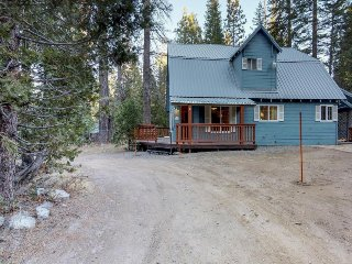Remodeled cabin w/ deck & fireplace - walk to shops, restaurants & the lake!