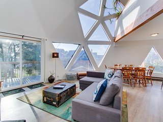 Unique geodesic dome home with deck & lovely views - 2 dogs okay!