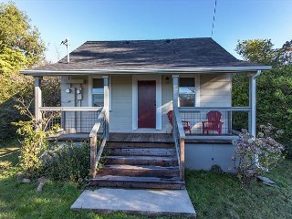 Classy and cozy newly remodeled  2 bedroom Arcata cottage close to campus!