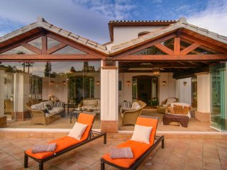 Spacious Villa Benamara apartment in Estepona with WiFi, air conditioning, priva