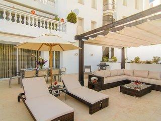 Spacious White Pearl Beach 4 apartment in Marbella Este with WiFi, air condition