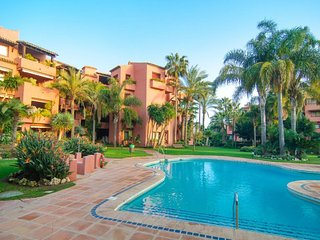 Alicate Beach apartment in Marbella Este with WiFi, integrated air conditioning